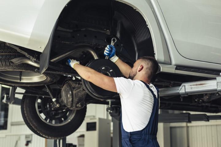 carro manutenção oficina mecânico pneus jantes rodas